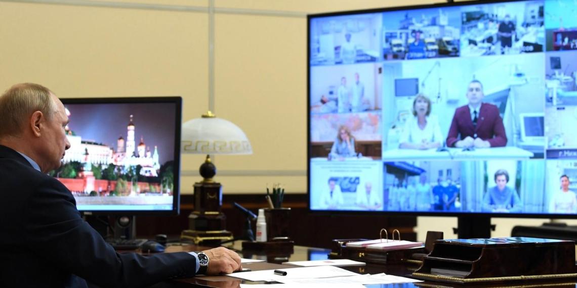 Путин заявил о необходимости поощрить молодых медиков