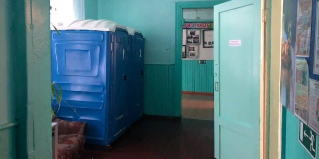 Биотуалеты в сибирской сельской школе закрыли из заботы о депутатах