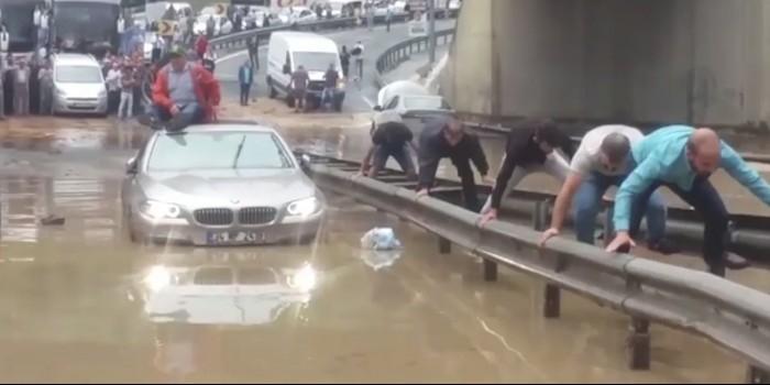 Наводнение в Стамбуле: лучшие фото и видео из соцсетей