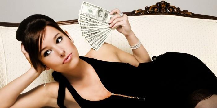 Большинство женщин пожелало получить деньги в подарок на 8 марта