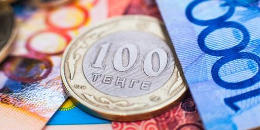 Жители Казахстана скупают рубли из-за обвала тенге