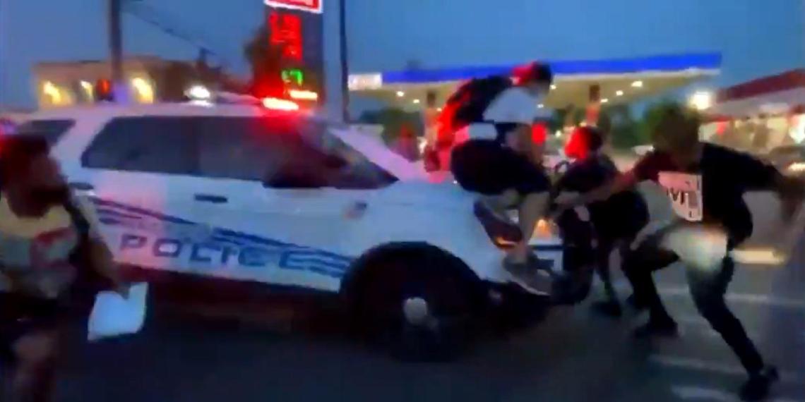 В Детройте полицейский наехал на протестующих