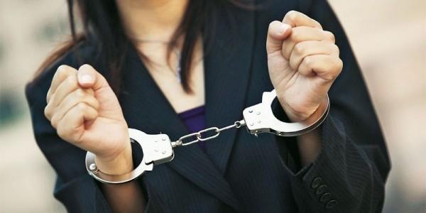 В Саратове женщина похитила восемь трусов и палку колбасы