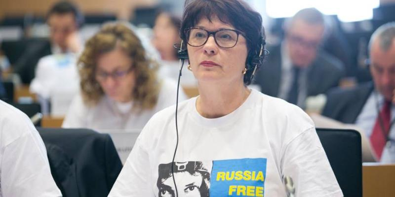 Евродепутат похвасталась сожжением платья цветов георгиевской ленты