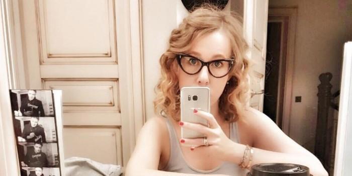 Собчак опубликовала фото в обтягивающем грудь платье