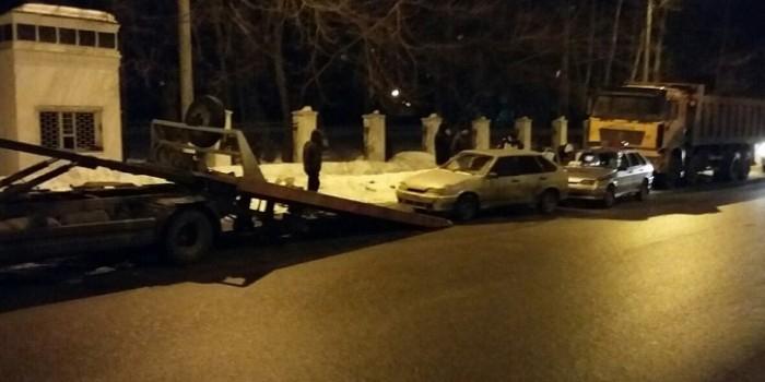 В Кирове эвакуаторщик уронил машину на автомобиль ДПС