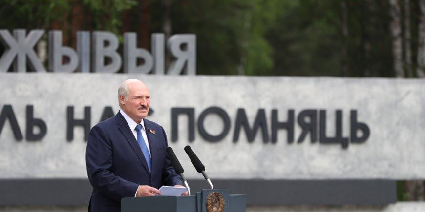 """Лукашенко пообещал не позволить """"снова надеть на белорусов лапти"""""""