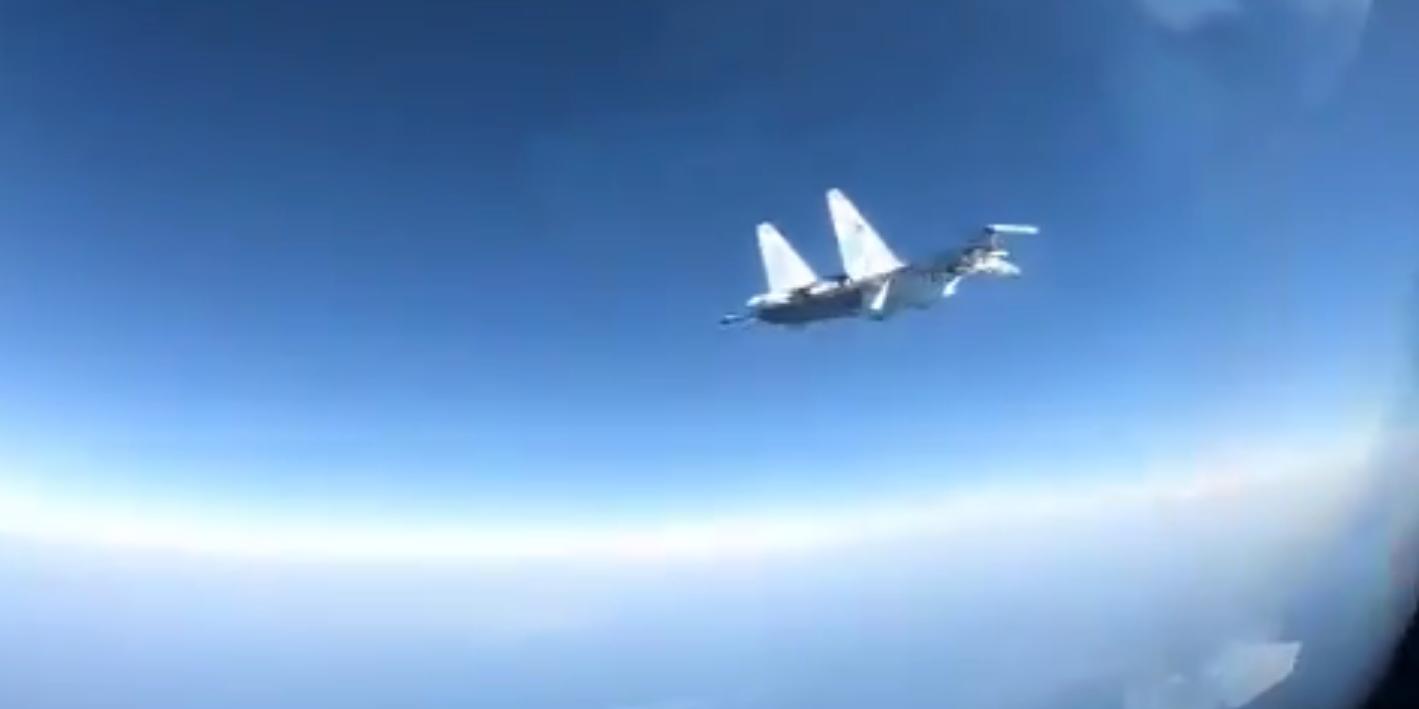 """Российский Су-35 пронесся в паре метров от противолодочного """"Боинга"""""""