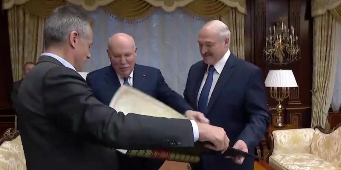 Посол РФ подарил Лукашенко старую карту с Белоруссией в составе России