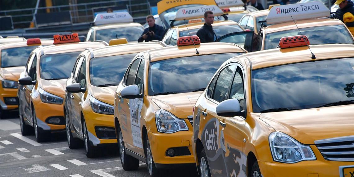 В Новосибирске пьяная пассажирка напала на глухонемого таксиста