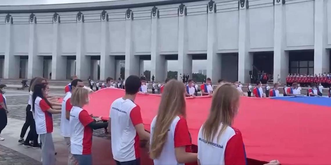"""Конкурсанты """"Большой перемены"""" и активисты РДШ стали зрителями церемонии поднятия флага на Поклонной горе"""