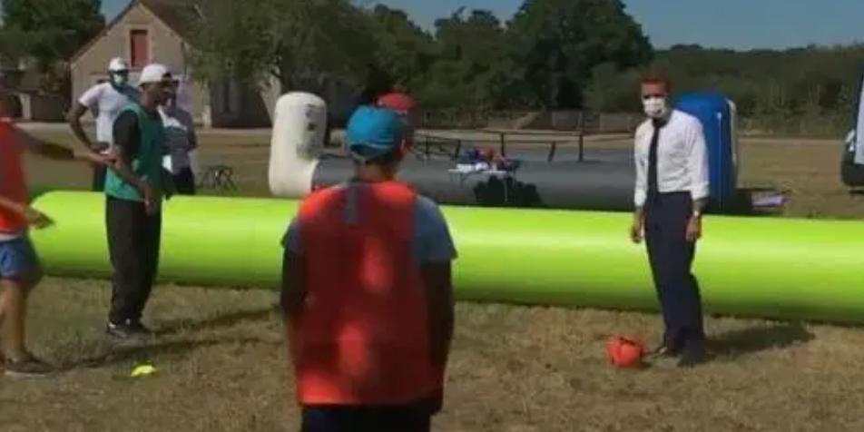 Макрон попал мячом в голову чернокожему ребенку