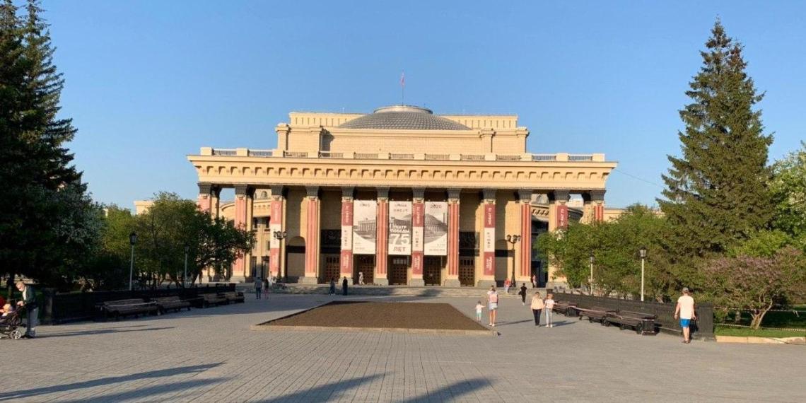 На фасаде театра в Новосибирске разместили гигантские георгиевские ленты