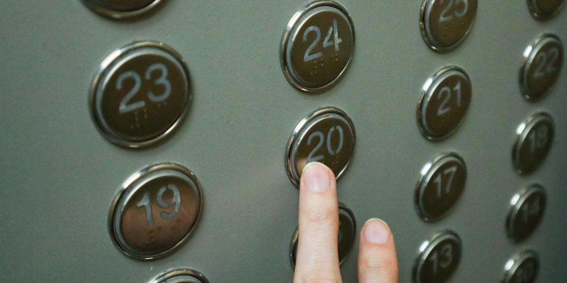 В Роспотребнадзоре оценили шансы заразиться COVID-19 в лифте
