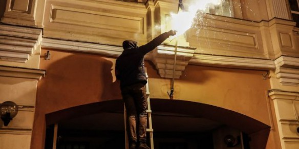 Киев требует осудить всех причастных к поджогу украинского флага в Москве
