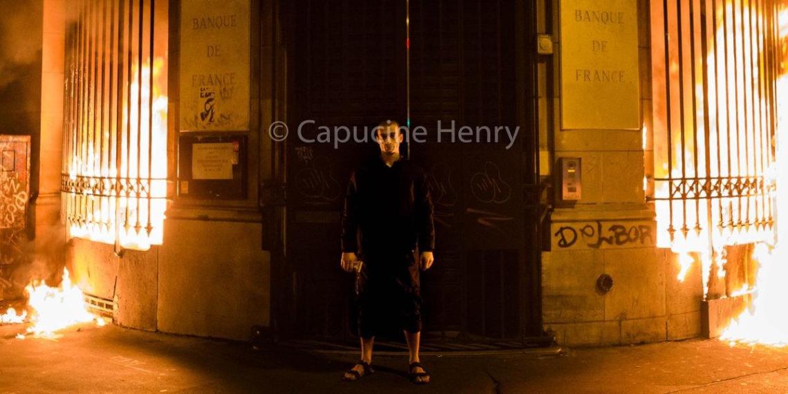 Павленский поджег Центробанк Франции