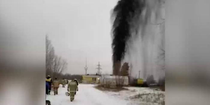 """Очевидицы сняли на видео огромный """"нефтяной фонтан"""" на месторождении в Югре"""
