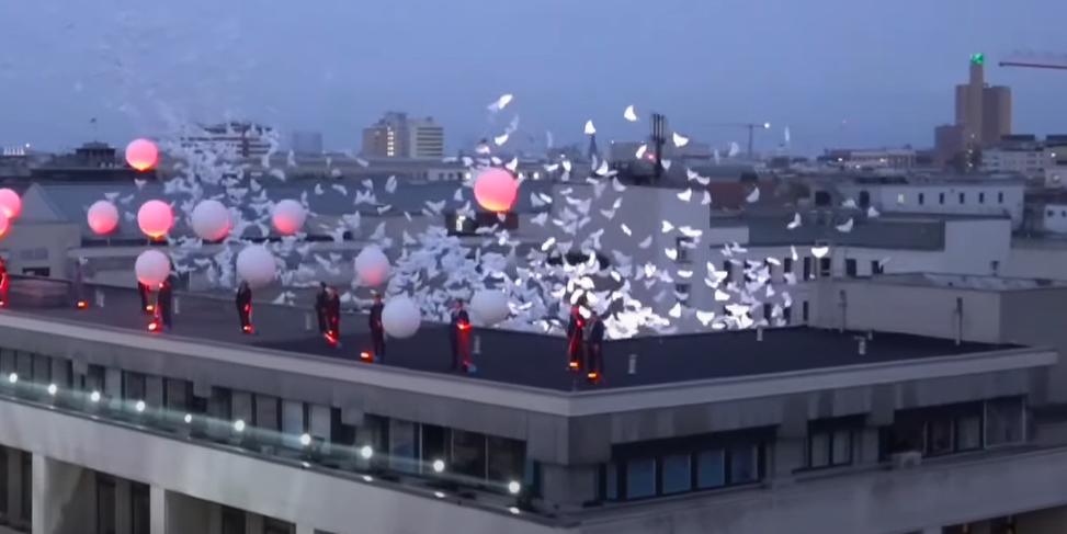 В Берлине к годовщине ВОВ выпустили в небо сотни воздушных шаров в виде голубей