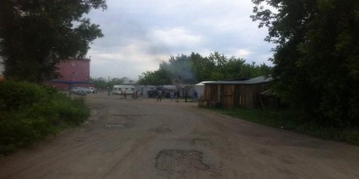 В Омске горящие гаражи потушили фекалиями