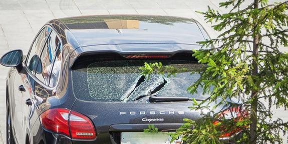 В Екатеринбурге неизвестный с криком «Кругом коррупция!» колотил арматурой машины депутатов