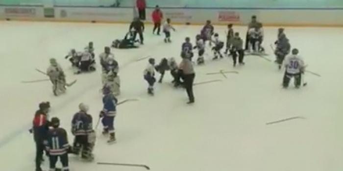 На видео сняли массовую драку 11-летних хоккеистов на турнире в Тольятти
