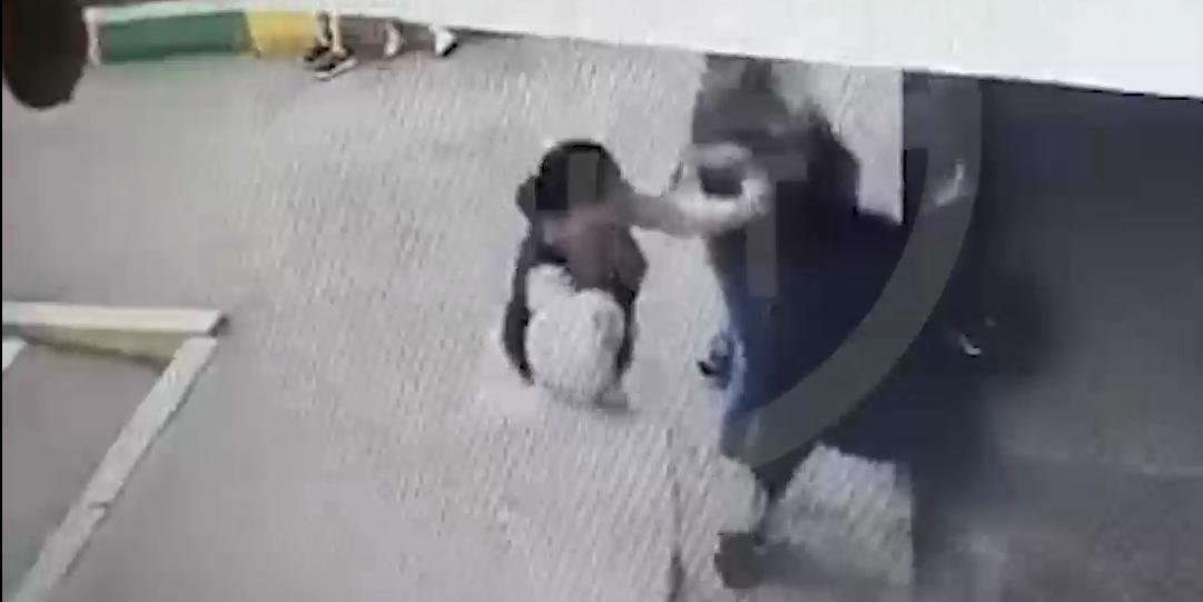 Помощница прокурора оттаскала пенсионерку за волосы после замечания сыну