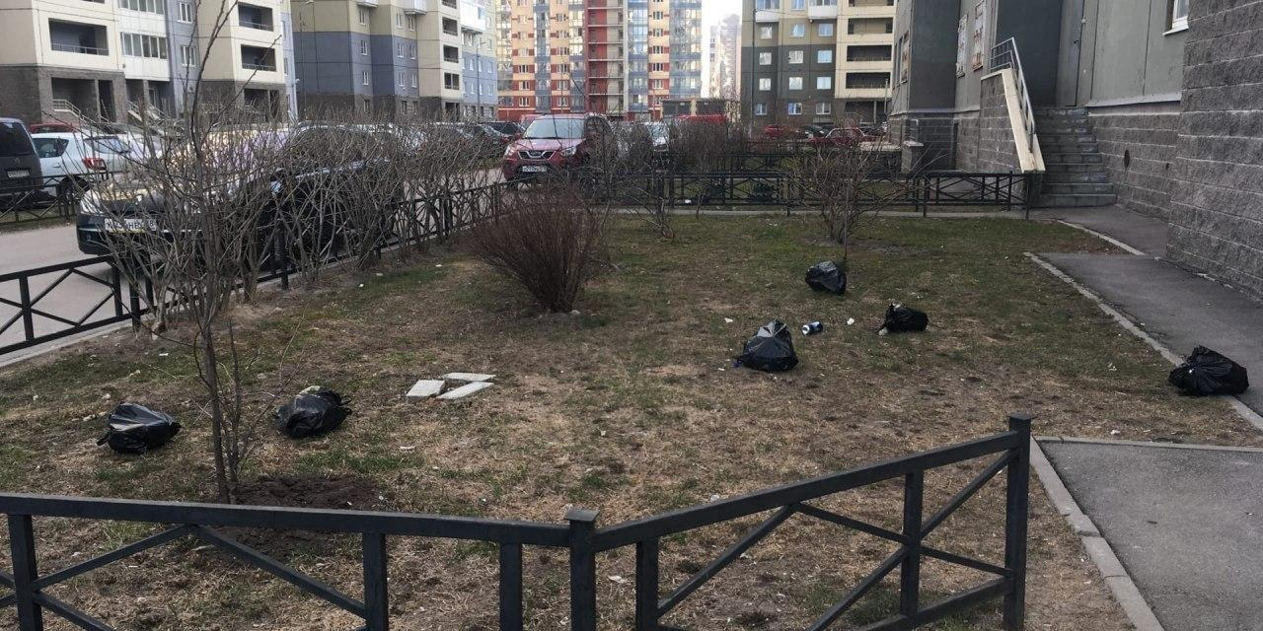 Петербуржцы на самоизоляции начали выбрасывать мусор из окон