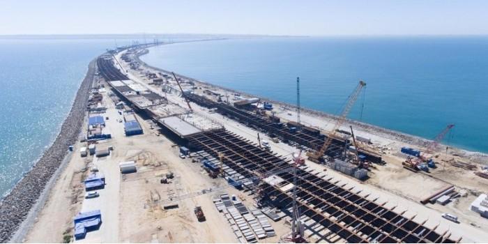 Строители сообщили об установке половины опор Крымского моста
