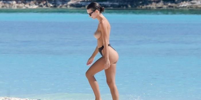 Эмили Ратаковски засняли топлес на пляже в Мексике