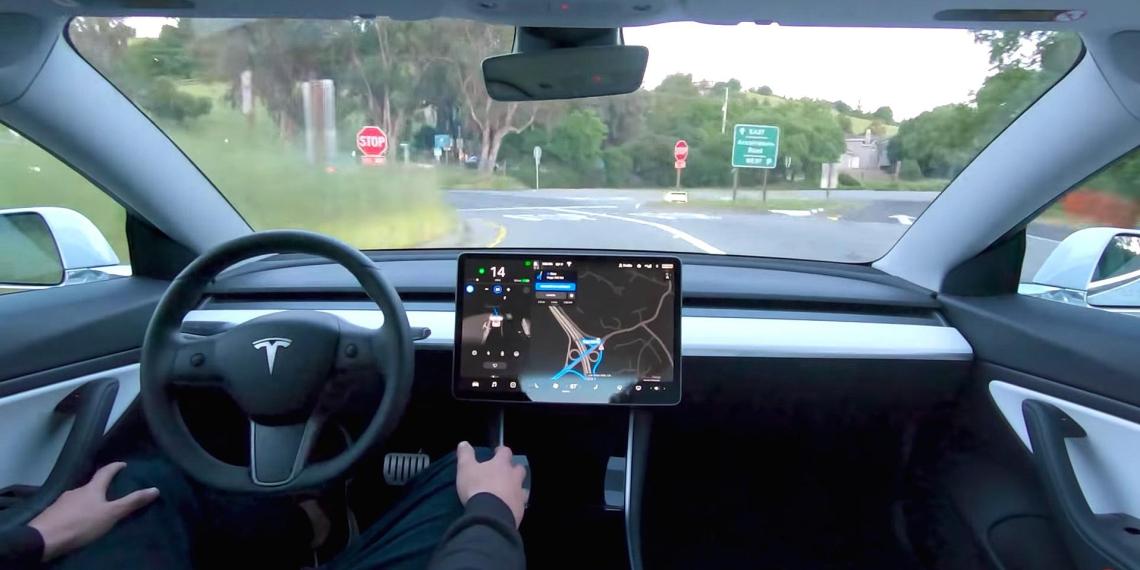 Водители стали невнимательными из-за автопилота Tesla