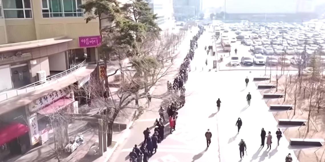 С воздуха сняли многокилометровые очереди за медицинскими масками в Южной Корее