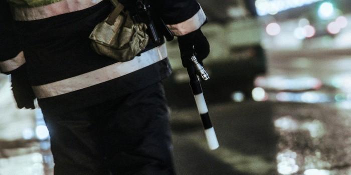 Перебегавший Садовое кольцо москвич сломал полицейскому его жезл