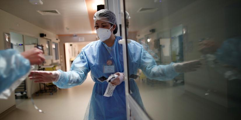Непривитым медикам во Франции перестанут платить зарплату
