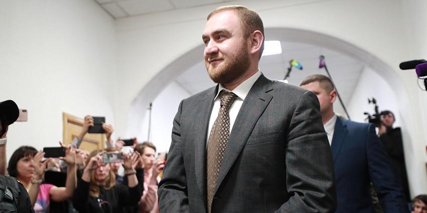 Возмущенный соседством с террористом сенатор Арашуков вспомнил русский язык