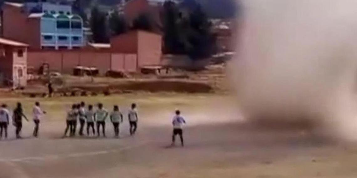 Смерч едва не унес игроков футбольного матча в Боливии