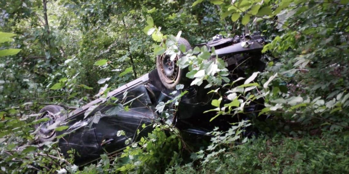 В Сочи водитель отделался ушибами и царапинами после падения в 100-метровый обрыв