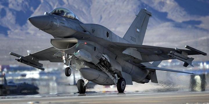 Истребитель F-16 попал сам в себя