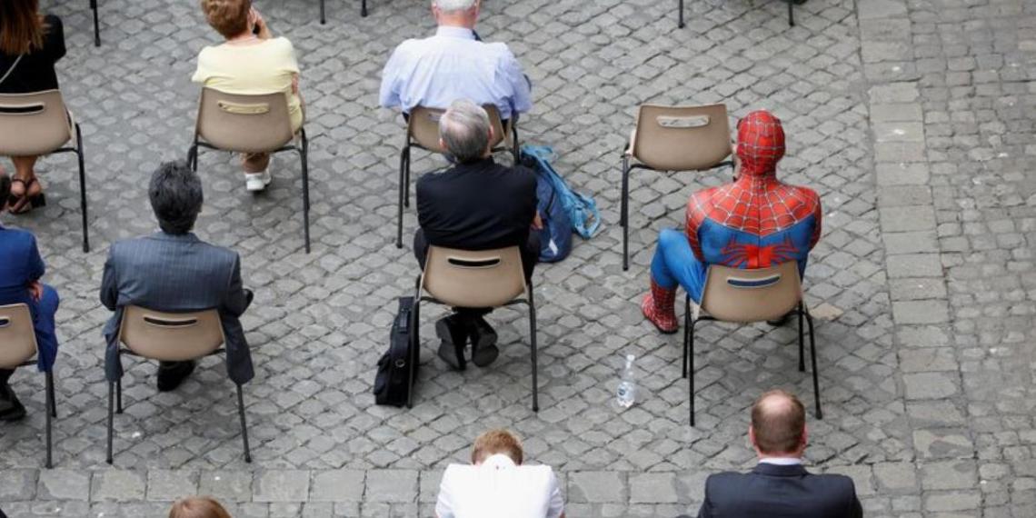 Человека-паука представили Папе Римскому в Ватикане. Супергерой подарил понтифику свою маску