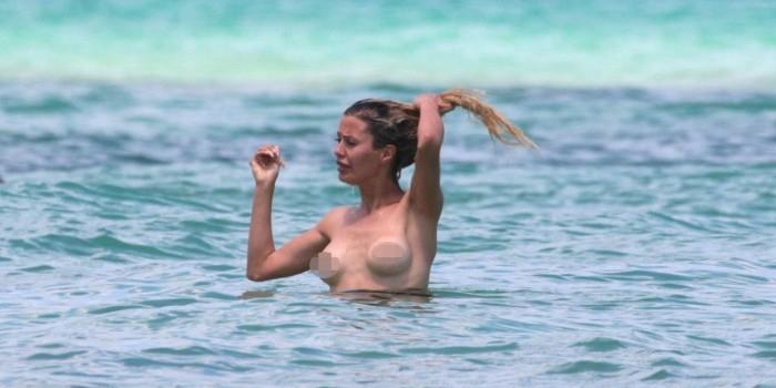 Викторию Боню засняли абсолютно голой на пляже