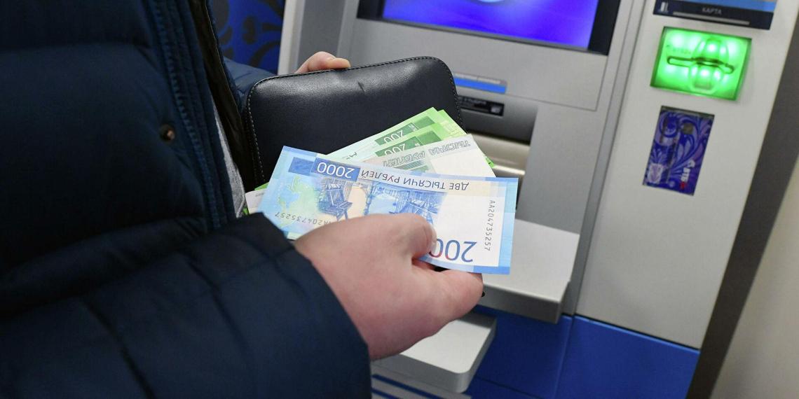 Злоумышленники стали чаще красть деньги у россиян через банкоматы