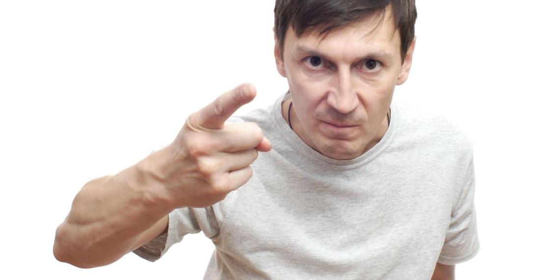 Пьяного астраханца застали разговаривающим с автомобилем. Мужчина напал на него с кирпичом