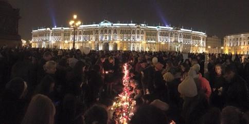 Тысячи петербуржцев пришли почтить память жертв авиакатастрофы