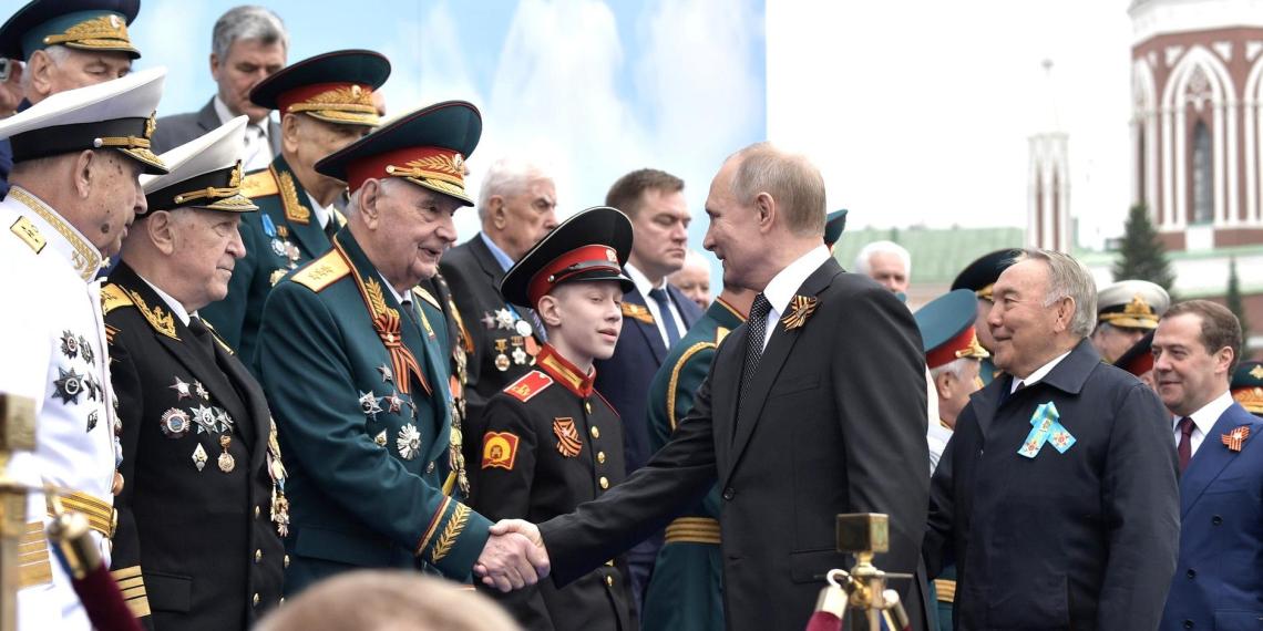 Путин выступил с поздравлением на параде Победы