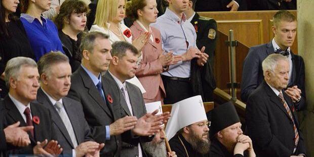 Митрополит Киевский отказался слушать речь Порошенко стоя