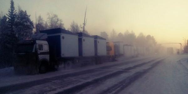 Застрявшие на Ямале при -64°С дальнобойщики обвинили МЧС в вымогательстве