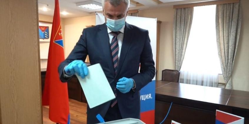 Губернатор Магаданской области принял участие в голосовании по поправкам