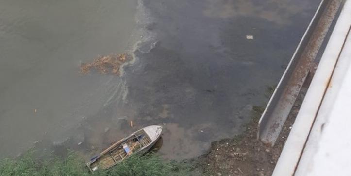 В Астрахани произошла утечка нефтепродуктов из-за попытки распилить корабль