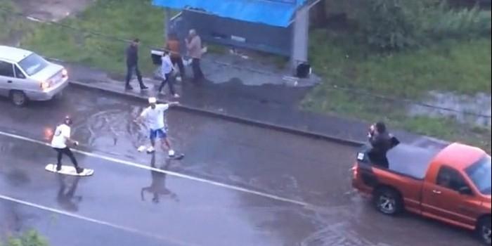 Серфинг на улице Монтажников: тюменцы извлекают пользу из проливных дождей