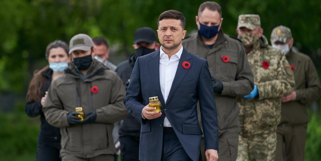 Зеленский возложил цветы к Вечному огню на границе с Россией