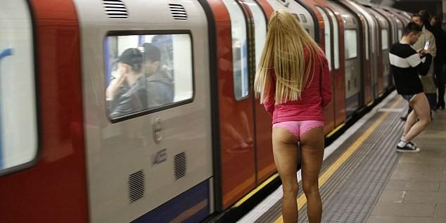 """""""День без штанов"""": Британцы спустились в метро в одном нижнем белье"""